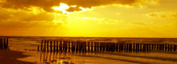 strand met zon